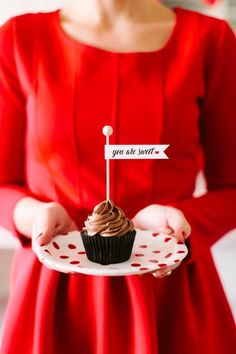 The TomKat Studio: Host a Valentine's Day Brunch + Mimosa Bar… Valentine Day Cupcakes, Valentines Day Treats, Heart Cupcakes, Pink Cupcakes, Chocolate Cupcakes, Valentines Day Couple, Happy Valentines Day, Cupcake Flags, Cupcake Toppers