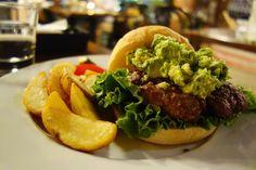 看板メニューのGOOD VIBESバーガーと悩んだけど枝豆ワカモレバーガー相変わらずもっちりどっしりとした自家製バンズとがっちりとした肉感たっぷりのボリューミーなパティのアンバランス感 笑パティの塩気がしっかりしているので枝豆の繊細な味は消え去っていたりでもこのアンバランス感が結構やんちゃで好きな感じ#food #foodporn #meallog #burger #burger_jp #ハンバーガー # #tw