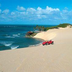 Famoso passeio de buggy nas dunas de Genipabu, no Rio Grande do Norte. Foto: @vivernatal #mtur #brasil #turismo #natal #riograndedonorte #nordeste #conhecaobrasil #viajepelobrasil