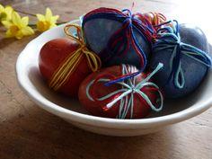 Lekker samen doen: eieren verven op een natuurlijke manier! Voor de rode verfgebruik je uienschillen 5 doodgewone uien. Die kook je 15 minuten met de eieren in 1 liter water met twee eetlepels azijn. Voor de blauwe kook je een halve fijn gesneden rode kool een half uur en daaraan voeg je ook twee eetlepels azijn toe. Vervolgens week je één nachtje de gekookte eieren in het kooknat. En ga 's morgen samen maar eens kijken hoe het is geworden. Strik erom en voilà, paaseieren!