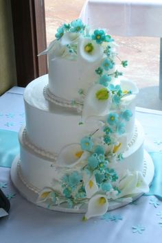 Gorgeous spring cake, that we can turn into a fall one by using orange lillies or gerber daisy's