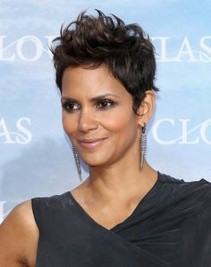Halle Berry Very Short Haircuts Halle Berry Very Short Haircuts 2013 - Halle Berry Hairstyles Halle Berry Short Hair, Short Sassy Hair, Short Hair Cuts For Women, Short Hairstyles For Women, Halle Berry Pixie, Short Cuts, Halle Berry Hairstyles, Pixie Hairstyles, Cool Hairstyles