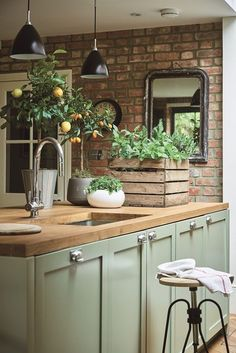Buchbesprechung: Zuhause mit Pflanzen - Dekor Küche - Critique de livre: À la maison avec des plantes – Decor Cuisine Buchrezension: Zu Hause mit … - Beautiful Kitchen Designs, Beautiful Kitchens, Cool Kitchens, Small Kitchens, Country Kitchen Designs, Country Kitchen Ideas Farmhouse Style, Green Country Kitchen, Country Decor, Farmhouse Design