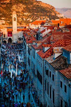 Streets of de Stradun wif late-Renaissance houses on each side in Dubrovnik_ Croatia
