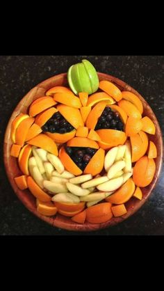 Halloween pizza, buffet halloween, halloween snacks for kids, healthy hallo Buffet Halloween, Halloween Fruit, Halloween Snacks For Kids, Healthy Halloween Treats, Halloween Party, Spooky Halloween, Happy Halloween, Halloween Tips, Halloween Pizza