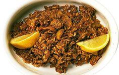 2 dl keitettyä kylmää riisiä 1 iso sipuli 2 valkosipulinkynttä 2 rkl sambal oelek -maustekastiketta 2 rkl soijaa 1 kananmuna 2 rkl oliiviöljyä 200 g kanaa tai kinkkua 100 g kuorittuja katkarapuja sitruunanlohkoja