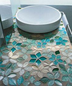Bloemvormige mozaïektegels in blauwtinten. Wow wat een mooie kleuren en vormen hebben deze mozaïektegels! Prachtig, zeker in combinatie met de witte basic waskom. VetroVivo
