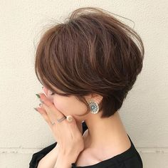 Long pixie hairstyles are a beautiful way to wear short hair. Many celebrities are now sporting this trend, as the perfect pixie look can be glamorous, elegant and sophisticated. Here we share the best hair styles and how these styles work. Easy Short Haircuts, Short Haircut Styles, Cute Hairstyles For Short Hair, Hairstyles Haircuts, Straight Hairstyles, Long Hair Styles, Pixie Haircut Long, Haircut Bob, Popular Haircuts