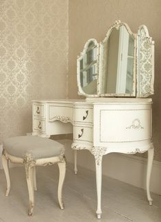 This looks like a vanity I had when I was a kid. So gorgeous, would love to find another like this someday...