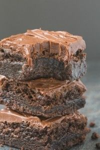 Healthy Flourless Fudge Brownies just need just three ingredients for the base and come with several healthy frosting options! Paleo, vegan, gluten free!