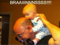 Zombie baby - Cute baby looking funny when biting dads head like a little zombie: Brains! Funny Animal Videos, Videos Funny, Baby Zombie, Funny Jokes, Hilarious, Funny Bunnies, Daily Funny, Best Memes, Funniest Memes