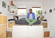 """Zu Besuch bei Tino >> """"Im Schlafzimmer steht mein Podest und die Idee zum selber bauen entstand zusammen mit meiner damaligen Mitbewohnerin. Wir brauchten dazu eine Menge Holz aus dem Baumarkt und einige Möbelstücke von Ikea, die ja recht modular zusammenzubauen sind. Das Ganze ergibt dann mit Gestell, Lattenrost und Schränken drum herum ein großes Podest mit viel Stauraum zum Schlafen..."""" #is24zubesuch #roomtour #homeportrait"""