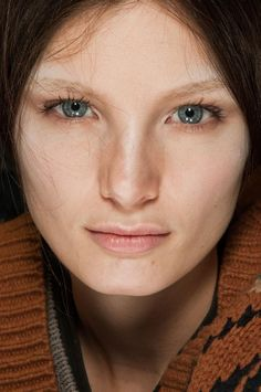 Beauty at Sacai Autumn (Fall) / Winter 2012  de Daniel P Dykes  Posted in Fashion / Fashion pictures / Paris fashion week / Runway & fashion shows    We fawn over the clothes and enjoy the backstage antics, but it's hard work and preparation that goes on for hours before a collection takes to the runway that brings all the magic and the mood together. That's why we captured all the beauty looks at Sacai's fall / winter 2012 showing at Paris fashion week (PFW).
