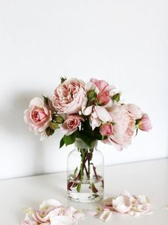 Pretty pale blush pink roses in a glass vase. Bouquet of pink roses. Flowers Garden, Planting Flowers, Garden Rose Bouquet, Fairies Garden, Pink Garden, Fresh Flowers, Beautiful Flowers, Vase Of Flowers, Roses In A Vase
