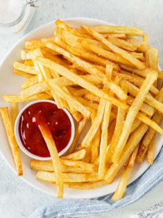 This Copycat McDonald's French Fry Recipe has the SECRET steps you need to replicate the classic restaurant version. These homemade fries make the BEST side dish and appetizer idea! French Fries At Home, Best French Fries, Cooking French Fries, Mcdonalds Fries, Mcdonalds French Fries Recipe, Mcdonalds Recipes, Mcdonald French Fries, Baked Potato Slices, Homemade Fries