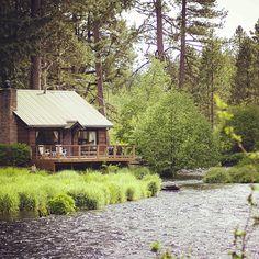 cabin by stream Photo by diyflykitdotcom