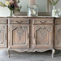 20 tips will help you improve the environment in your bedroom French Furniture, Paint Furniture, Home Decor Furniture, Furniture Makeover, Warm Dining Room, Painted China Cabinets, Vintage Sideboard, Antique Interior, Antique Paint