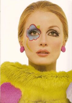 Julianne Moore ; Make up by Kevin Aucoin .