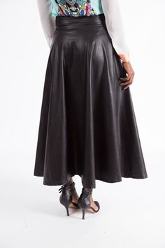 High Waist PU Midi Skirt - Soft PU leather look material - Side zip… Leather Fashion, Pu Leather, Rocker, Leather Skirts, Vintage Leather, Skirt Fashion, Jeans, Dame, High Waist