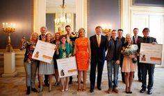 Den Haag, 22 mei 2014: Koningin Máxima en Koning Willem-Alexander poseren met de ontvangers van de Appeltjes van Oranje. Stichting MeeleefGezin uit Doorn, Stichting Buurtmarkt Breedeweg uit Groesbeek en Stichting AanZet uit Friesland werden beloond met een Appeltje van Oranje.