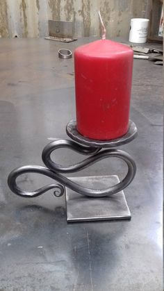 Willy winky style candle holder Beaten out round plate for candle and cut square plate for base. Welding Art Projects, Metal Art Projects, Blacksmith Projects, Metal Crafts, Wrought Iron Candle Holders, Blacksmith Forge, Forging Metal, Iron Art, Iron Decor