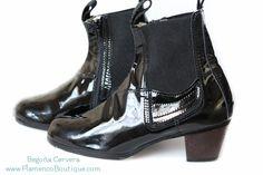 Men's flamenco boot in BLACK PATENT LEATHER with a exposed wooden heel. Size 39. Free shipping anywhere. Designer: Begona Cervera Zapatos de Flamenco .... Calzado (zapato) de #FLAMENCO de #hombre #bailaor en charol negro con tacon de madera hecho en #espana por #BegonaCervera #baila #mensflamenco #dance  www.flamencoboutique.com