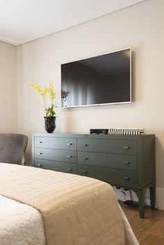 Marcenaria inteligente e pontos de cor transformam apartamento em SP