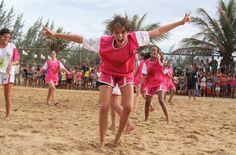 Elenco feminino de 'Malhação' joga futebol no Rio de Janeiro. Confira!