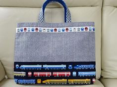 ☆ご覧頂きまして、ありがとうございます☆男の子が大好きな電車柄のレッスンバッグです。表地は接着芯を貼り、しっかりとさせています。裏地は青の無地で、内ポケットが... ハンドメイド、手作り、手仕事品の通販・販売・購入ならCreema。