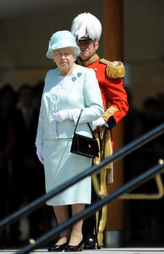 Foro Hispanico de Opiniones sobre la Realeza: La reina Isabel preside un acto militar en Buckingham