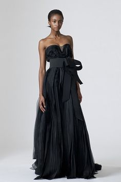 Enjoy these elegant designer black wedding dresses we selected for your ideas and inspirations! Look at the first black bridal dress above. It is Vera Wang designer black wedding dress. Colored Wedding Dresses, Wedding Dress Styles, Designer Wedding Dresses, Wedding Gowns, Bridal Gown, Strapless Organza, Strapless Dress Formal, Vera Wang Gowns, Vera Wang Wedding