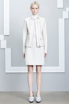 Totally white outfit looks clean and minimalistic: