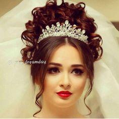 Hairdo Wedding, Wedding Hairstyles, Bridal Hairstyle, Gorgeous Hair, Beautiful Bride, Romantic Room Decoration, Dramatic Wedding Makeup, Bridesmaid Shirts, Bridal Crown