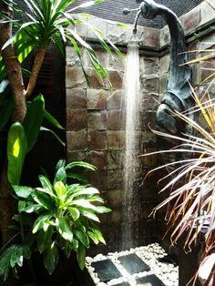une douche de jardi et une cabine improvisée