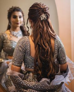 We are all hearts of this gorgeous half-tie hairstyle featuring voluminous curls and a beautiful hair accessory in the centre. Bridal Hairstyle Indian Wedding, Bridal Hair Buns, Bridal Hairdo, Hairdo Wedding, Indian Wedding Hairstyles, Saree Hairstyles, Open Hairstyles, Medium Hairstyles, Bride Hairstyles
