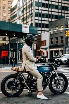 Cafe Racer Style Fashion Ideas For You Cb400 Cafe Racer, Cafe Racer Honda, Cafe Racer Bikes, Cafe Racer Motorcycle, Motorcycle Style, Biker Style, Motorcycle Quotes, Women Motorcycle, Motorcycle Helmets