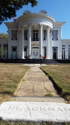 Southern Style Plantation Home. Southern Plantation Homes, Southern Mansions, Southern Plantations, Southern Homes, Southern Comfort, Southern Charm, Southern Style, Southern Architecture, Quartos