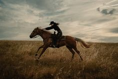 Foto Cowgirl, Cowgirl And Horse, Horse Girl, Horse Riding, Western Photography, Equine Photography, Horse Photos, Horse Pictures, Pretty Horses