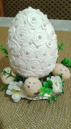 Egg Crafts, Easter Crafts, Diy And Crafts, Quilling Craft, Quilling Designs, Easter Egg Basket, Easter Eggs, Diy Christmas Ornaments, Christmas Decorations
