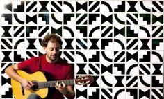 O compositor e violonista Cacá Machado conta com participação luxuosa de Arrigo Barnabé, Celso Sim e Elza Soares no show de lançamento do disco Eslavosamba (Foto: Divulgação)