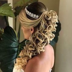 A imagem pode conter: uma ou mais pessoas e closeup Elegant Hairstyles, Popular Hairstyles, Bride Hairstyles, Pretty Hairstyles, Easy Hairstyles, Curly Wedding Hair, Wedding Updo, Bridal Hair And Makeup, Hair Makeup
