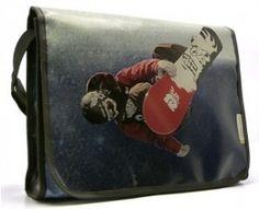 Sac en bâche publicitaire recyclée. Comme quoi avec un peu de bonne volonté tout est possible. Ce sac est disponible sur le site reversible.com