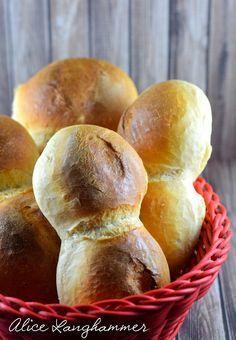 Wie oft habe ich schon versucht richtig gute Semmeln bzw. Brot zu backen.... und jedes Mal bin ich gescheitert, denn die Ergebnisse waren ...