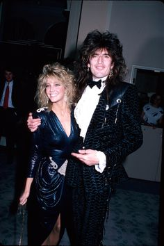 1986 - Heather Locklear & then husband, rocker Tommy Lee - who went on to marry Pamela Anderson and did that infamous sex tape. Tommy Lee Motley Crue, 80s Hair Bands, Stylish Couple, Nikki Sixx, Famous Couples, Fashion Couple, Celebrity Couples, Celebrity News, Celebs