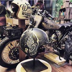 @brusco @codiandco and @sil_bubble at @paloaltomarket Barcelona☺️. #handmade #custom #painting #artwork #laclasse #elegant #inspiration #motorcycleart #vintage #retrostyle #ridesafe #ridewithstyle...