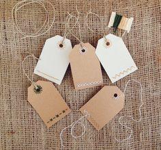 Ajouter certains chère aux cadeaux avec Etiquettes cadeaux décorés à la main ! Prenez une tasse de thé, une couverture confortable, et main piquer un ensemble de balises simple cadeau.    Ce kit est livré complet avec des matériaux pour faire des étiquettes à cadeaux 8 2 x 3. Le papier est préalable à motifs et découpées et prêt à commencer à piquer tout de suite ! Le simple, modern, design minimaliste est amusant pour les débutants et plus dexpérience agrafeuses. La conception utilise un…
