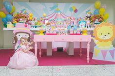criança na mesa do bolo com tema circo rosa
