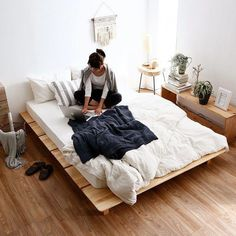 The Home Decor Guru – Interior Design For Bedrooms Bed Frame Design, Bed Linen Design, Bedroom Bed Design, Home Decor Bedroom, Design Your Home, Home Interior Design, Simple Interior, Cama Tatami, Japanese Bedroom