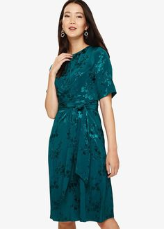 A sophisticated party dress designed with a jacquard print throughout, for a luxe finish that's great for invite season. This short sleeved, knee length dress is finished with a matching waist tie to enhance the silhouette.Phase Eight Jade Dress, Green Dress, Phase 8 Dresses, Jaquard Dress, Designer Party Dresses, Floral Lace Dress, Phase Eight, Lovely Dresses, Bridesmaid Dresses