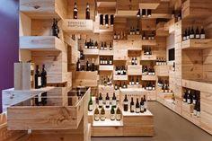 ARQUITECTURA-VINO (1)  en Zurich, se encuentra «La Galerie du Vin» un espacio de venta, cata y eventos relacionados con el mundo del vino diseñado por OOS. Los arquitectos suizos han tratado de crear un paisaje interior formado por 1500 cajas de vino con las que crean un ambiente parecido al de una cueva. Esta rejilla tridimensional sirven como plataforma para exponer cerca de 570 vinos, y para disponer zonas de estar y vitrinas iluminadas.